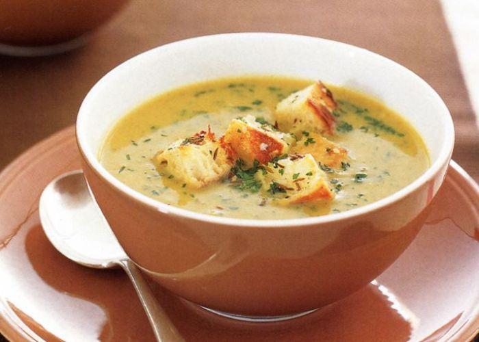 Zuppa di Cipolla con Crostini di Pane Croccante